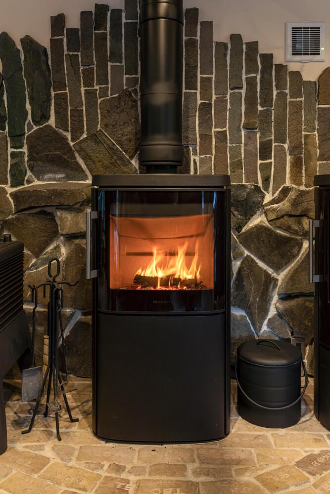 HWAMの4640m。ガラス越しに見える炎の美しさを引き立てる美しいフォルムと洗練されたモダンなデザインが魅力