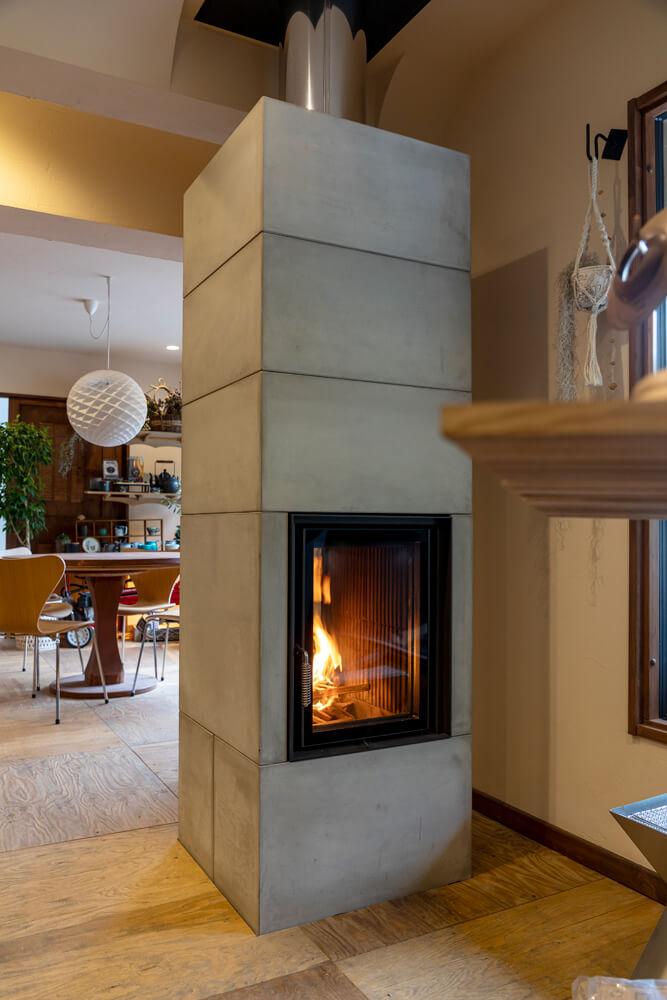 ブルナー社の蓄熱式暖炉「BSO 02 Tunnel」。店内に展示されているのは素地の状態で、壁面はインテリアに合わせて装飾を施すこともできる