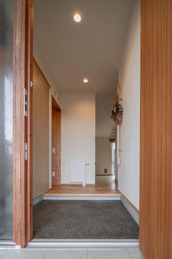 玄関からリビングへと続く直線的な動線