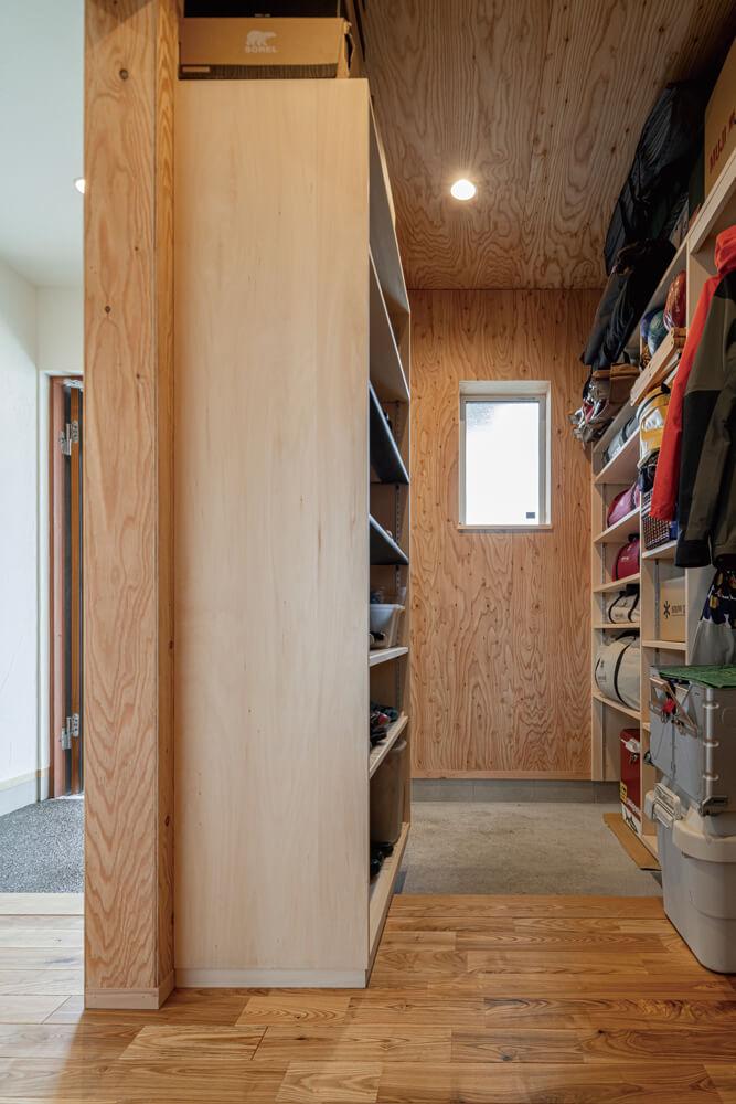 家族5人分の靴やアウターのほかアウトドア用品まで収納できる大容量のシューズクローク