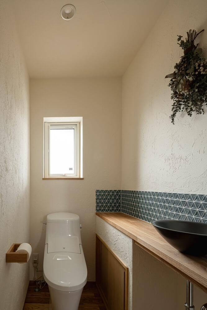 1階トイレ。洗面ボウルやタイルの仕様など多くのサンプルからチョイス。スワッグはトイレの雰囲気に合わせてオーダーしたもの