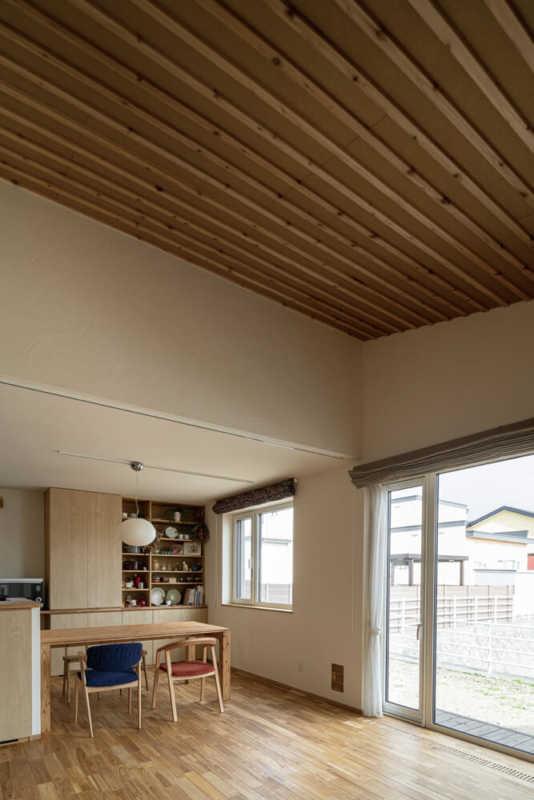 こだわりの勾配天井が解放感を生み出すリビングは、南側の大開口からの光で明るい空間