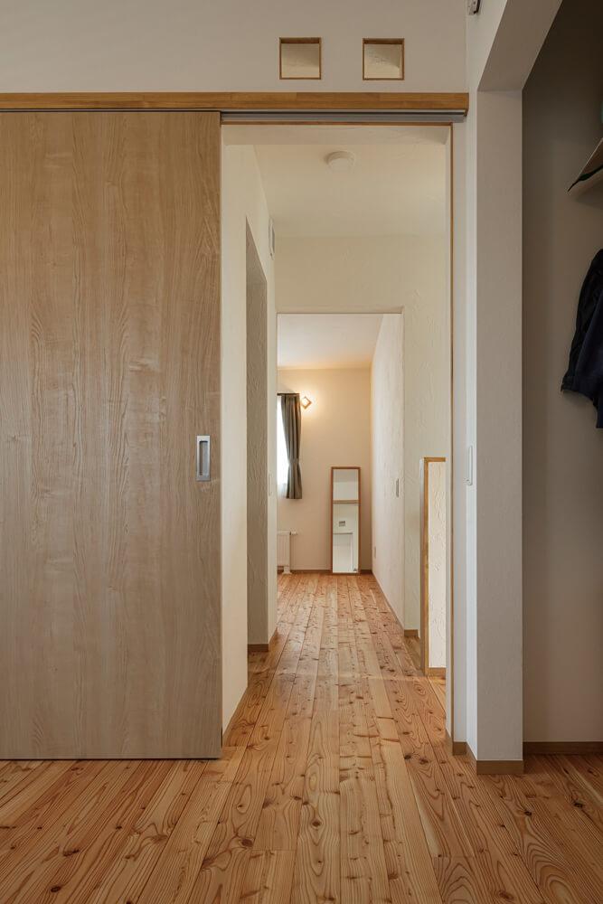 2階の居室は引き戸にし、開け放すことで一体感や解放感が生まれるようにした