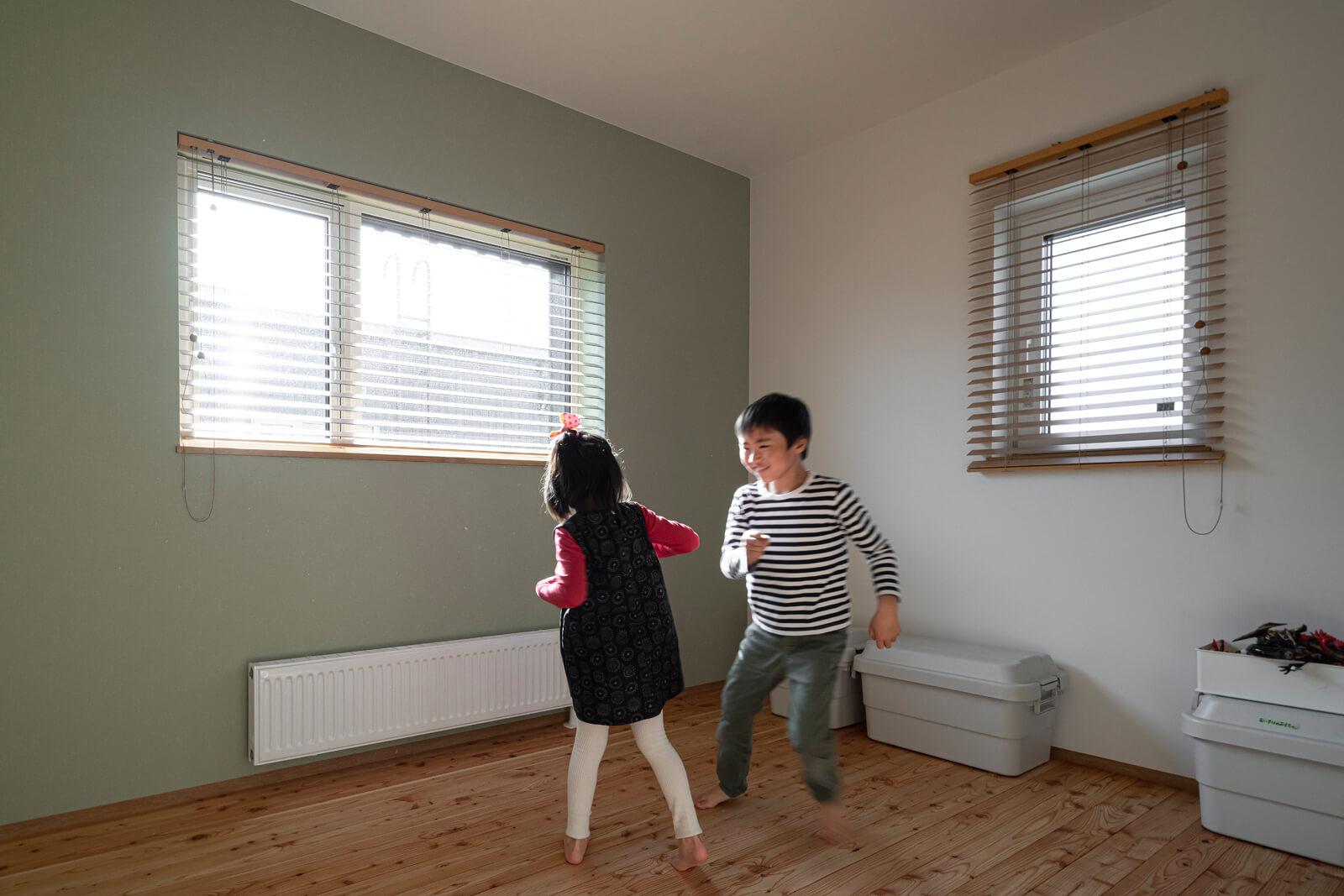 子ども部屋は落ち着いた色味のアセントクロスで雰囲気良く仕上げた