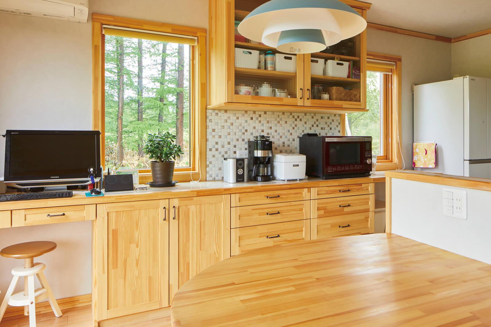 奥さんのワークコーナーを併設した背面収納、キッチンと一体化させたダイニングテーブルなど、きめ細かな造作が随所に施されたキッチン