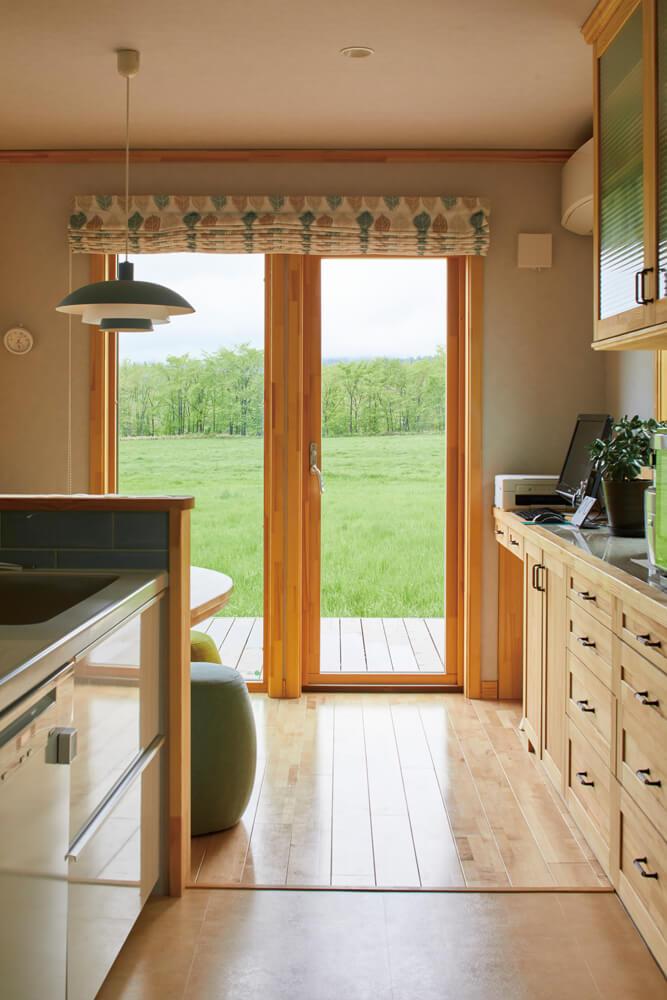 キッチンは、庭のテラスに直接つながっている。テラスで楽しむバーベキューの準備や後片付けも、効率良くできる