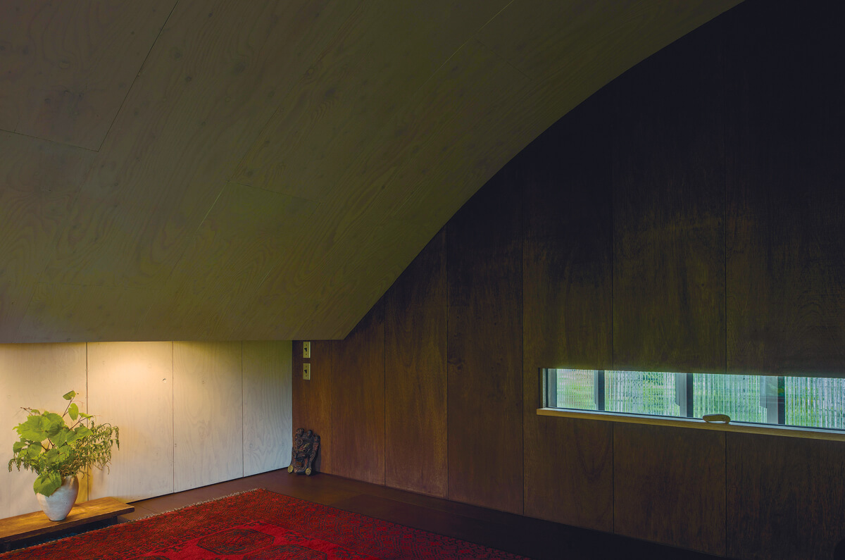 2階フリースペースは瞑想にぴったりの静謐な場となっている