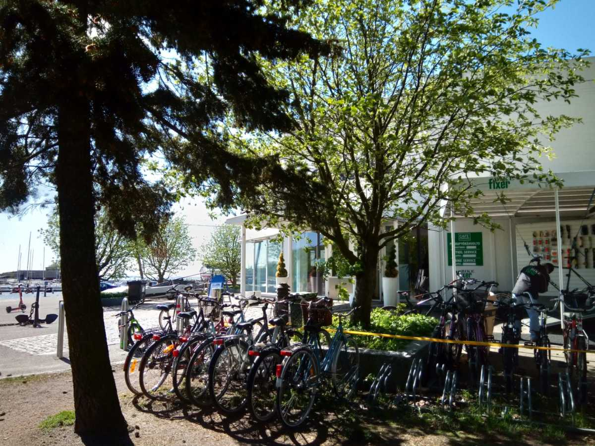お店の前にはたくさんの自転車が並ぶ