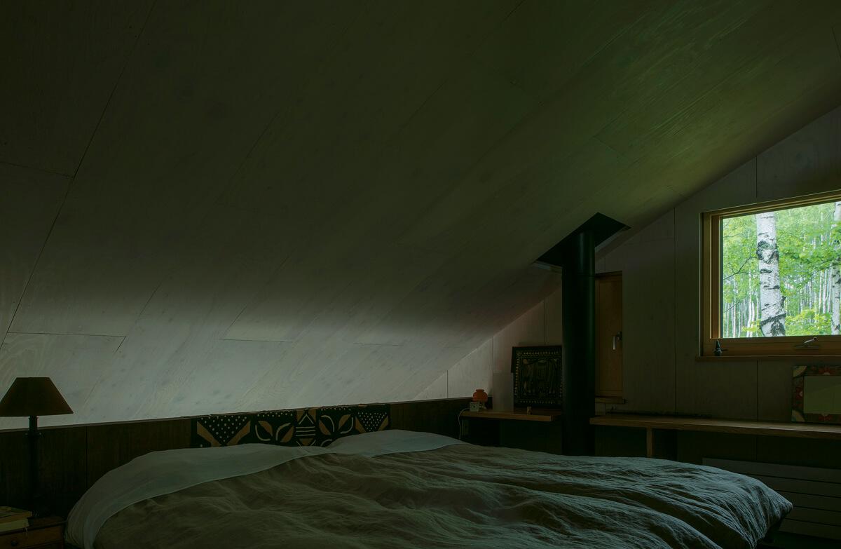 主寝室に伸びる薪ストーブの煙突。1Fリビングから緩やかな天井のカーブを伝い、暖気が上がってくるため、残り火でも十分に暖かいそうだ