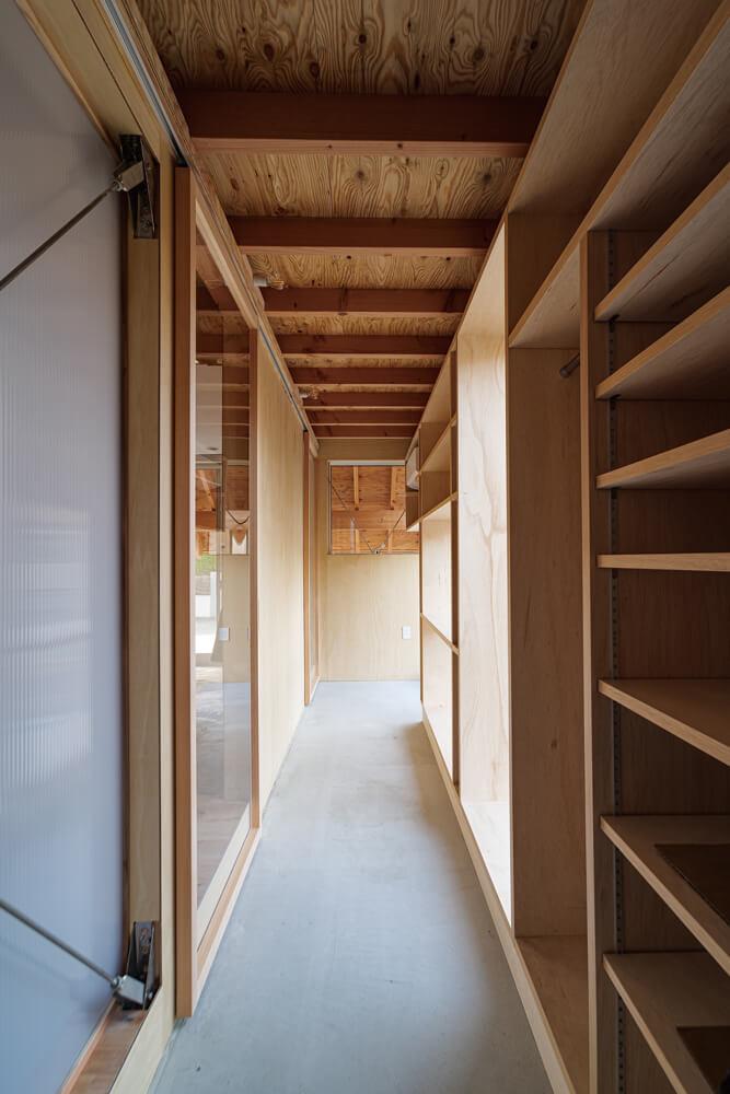 玄関は壁面を収納として活用。LDKのドアはガラスの引き戸を採用し、開口部からの光を室内に運んでいる