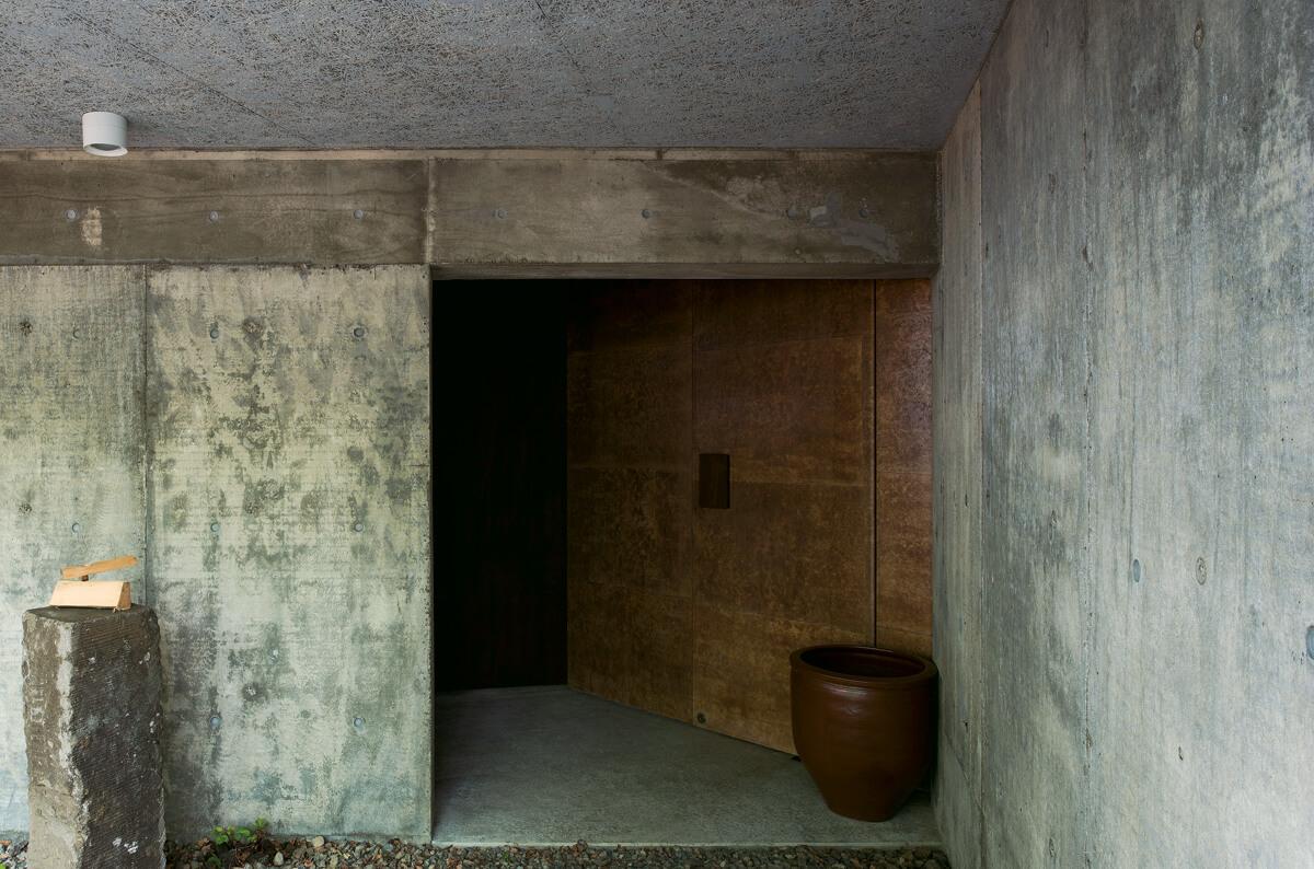 玄関へのアプローチ。外玄関扉の表面は和紙に柿渋を塗った仕上げ