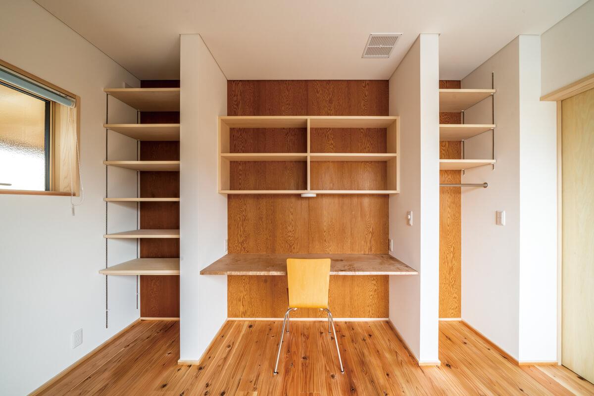 """子ども部屋の壁面に、旧宅の和室の天井板を張って仕上げ、""""記憶""""をつなぐ"""
