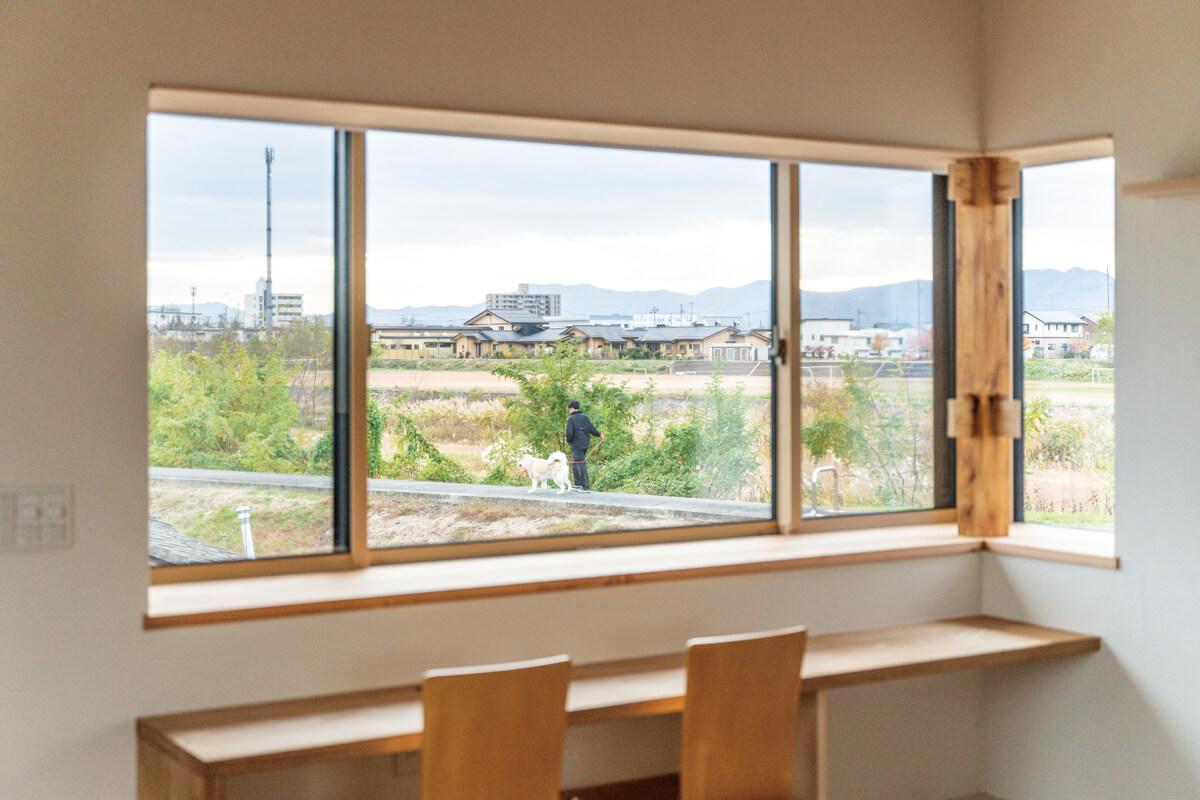 河川敷の風景を取り込むように設けた出窓。造作カウンターからは、季節の移ろいとステイホームを楽しめる