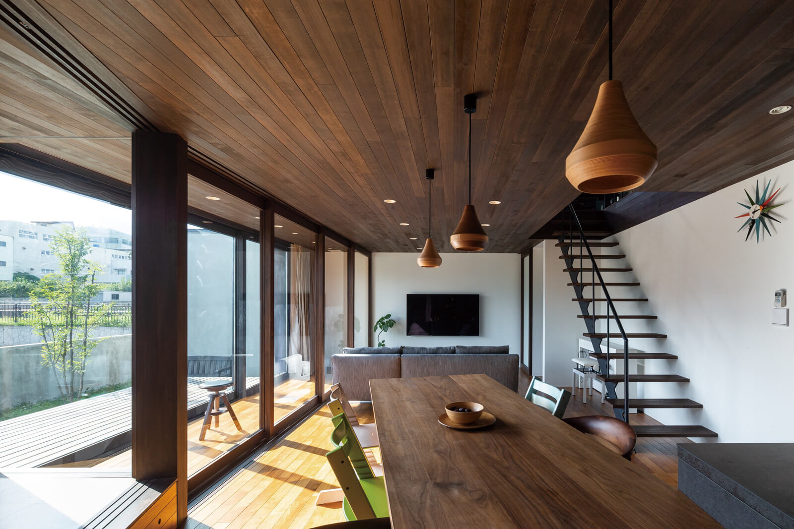 LDK。リビングに面した木製サッシの大開口は、夏冬の室内環境をコントロールするためのサンルームとして住まい手の感覚で開け閉めできる