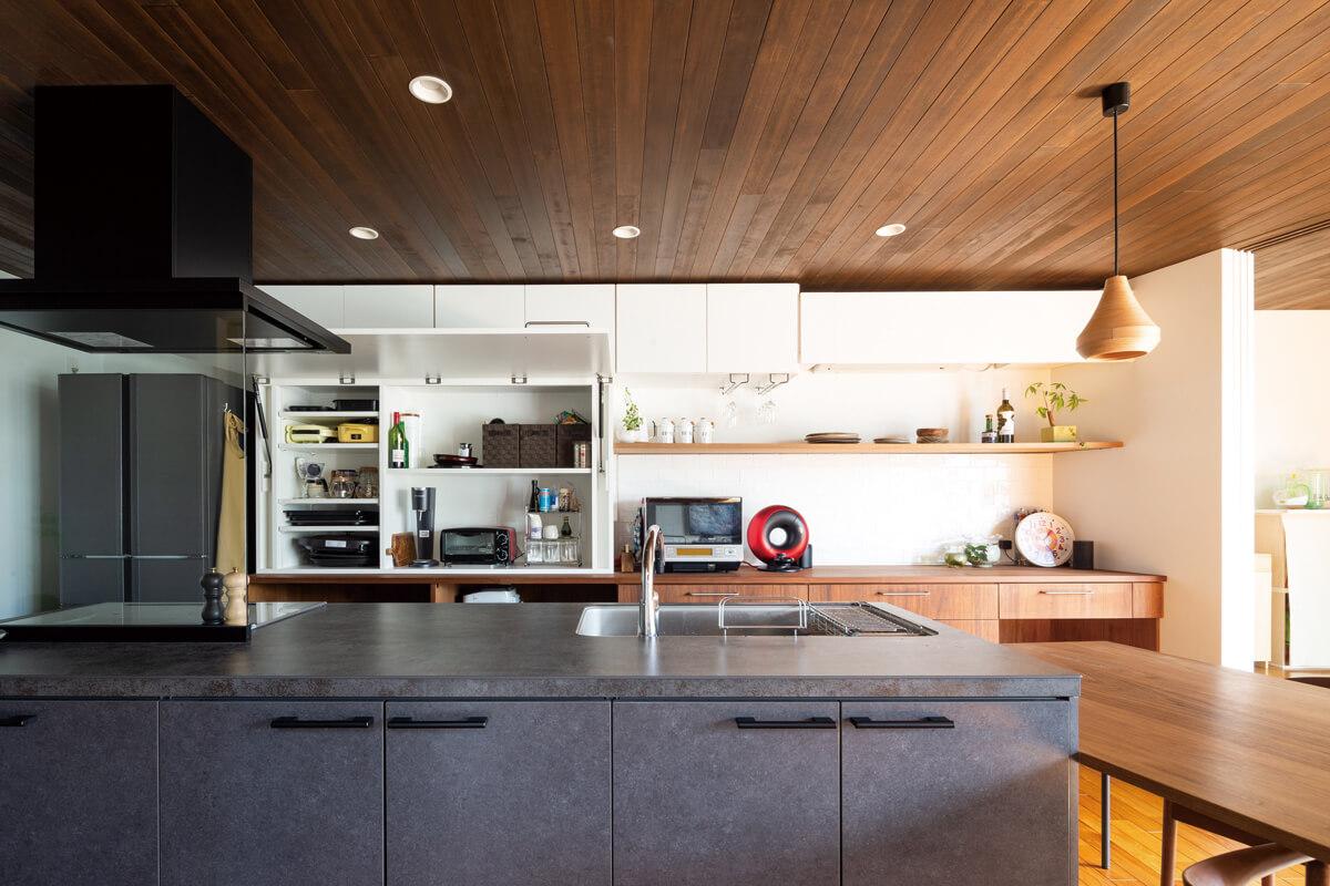 キッチン。ワンアクションでキッチンバックが開き、作業性の高い空間ができる