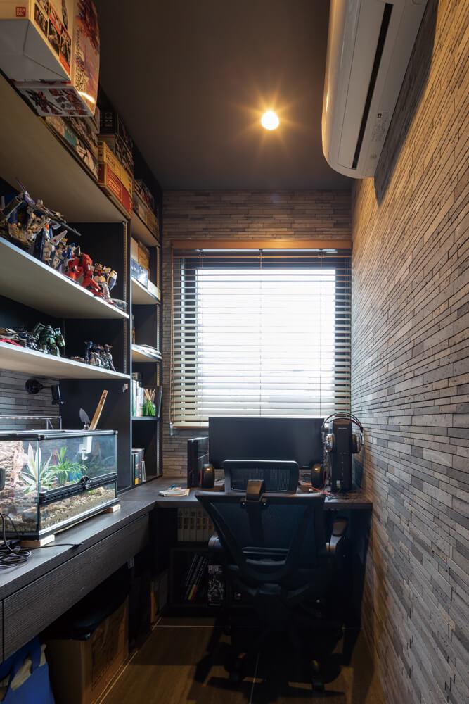 コンパクトな書斎。好きなものに囲まれて集中できる空間