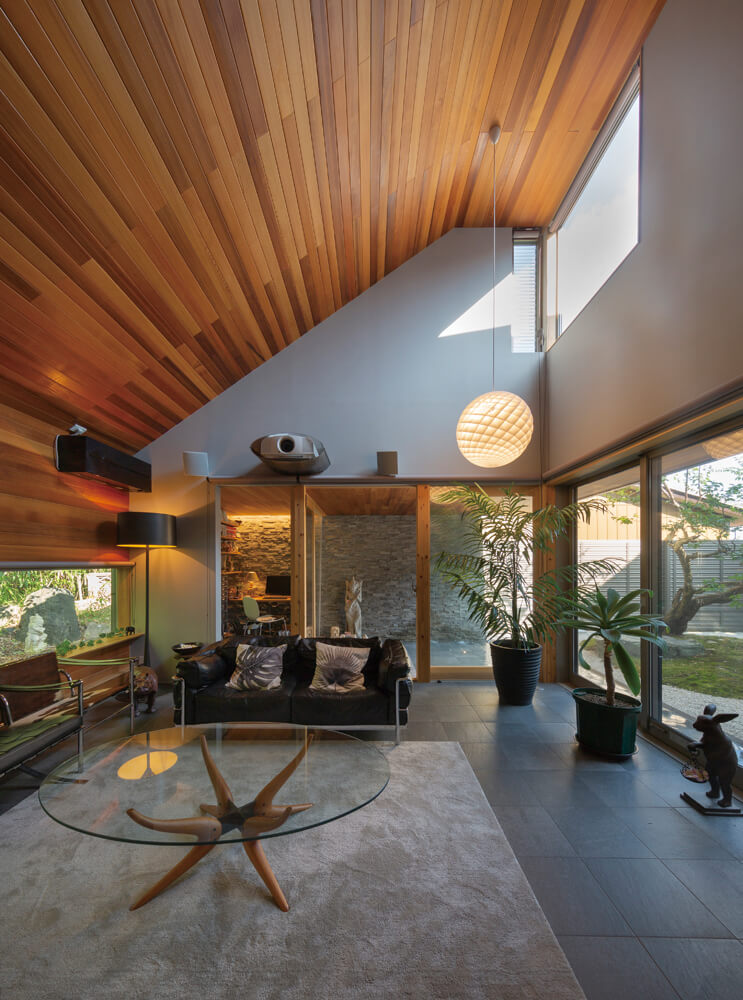 梅の木と竹林、水盤とテラスに囲まれるゲストリビング