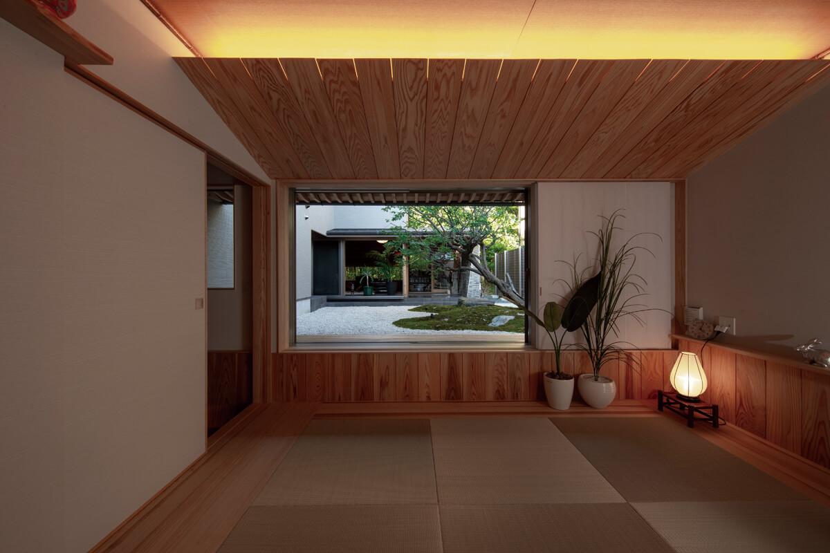 間接照明で優しく照らされた和室。中庭とのつながりが心地いい