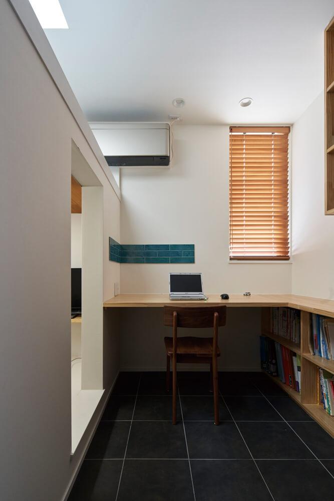 こもり感とつながりのバランスが心地いい2階の書斎。Oさんはリモートワークで利用している