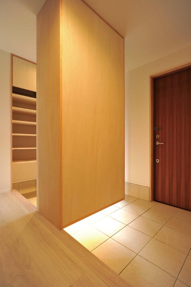大きな収納を備えた玄関。間接照明が足元を優しく照らす