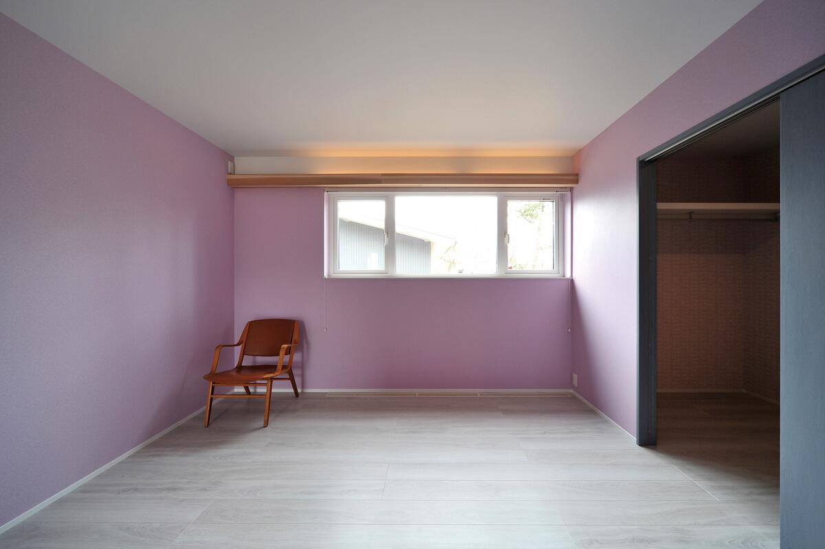 8帖の寝室には、大容量のウォークインクローゼットを併設。良質な睡眠を得られるよう照明計画がなされている