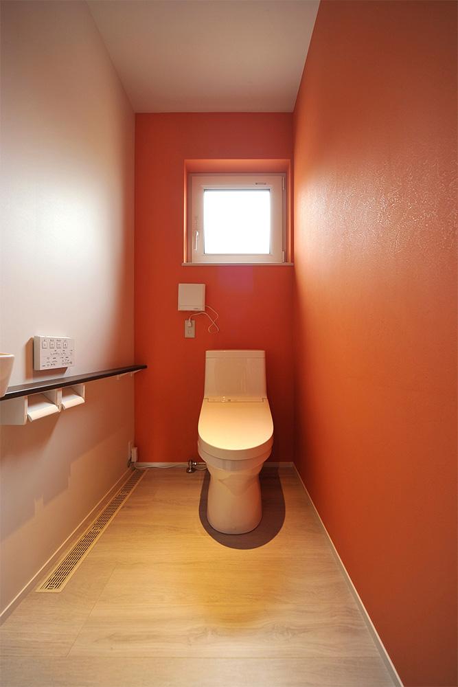 ビビッドな赤色が個性的なトイレ空間