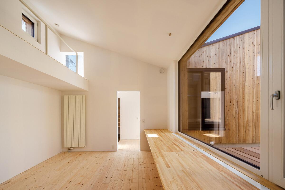 窓の配置によって換気が効率的に行われるファミリールーム