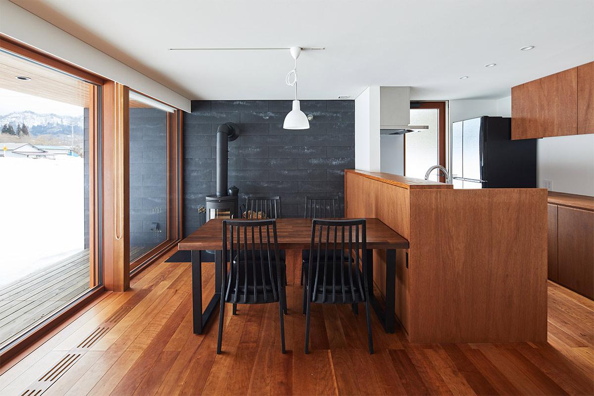 ダイニングキッチンは既製品と造作家具を組合せて家全体の色調と統一したデザインとした