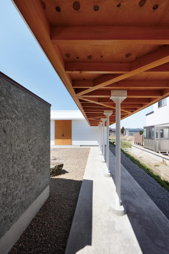 敷地内を横断する13mの屋根付きの屋外通路。庭に遊びに来た人の陽除けとしても使われる