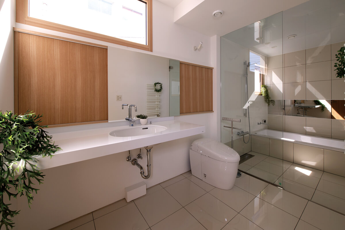 2階の水まわり。木製サッシと戸棚の木製扉が無機質な空間に優しさを加える