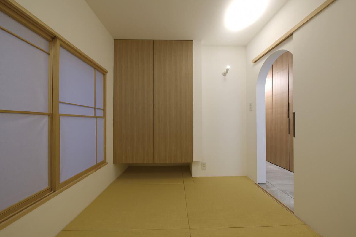 玄関とリビングをつなぐ廊下の途中に設けた和室