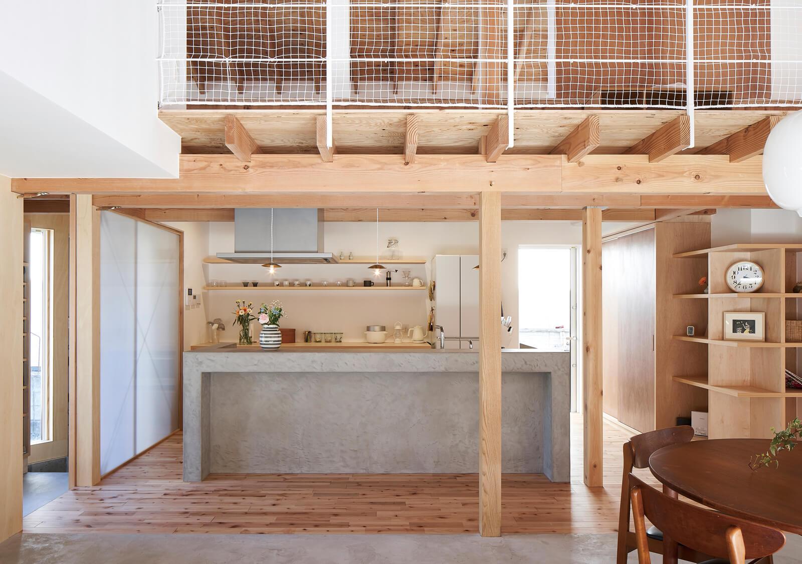キッチンは、家族みんなで使いやすいアイランド型。モールテックスの素材感が木の空間のアクセントに
