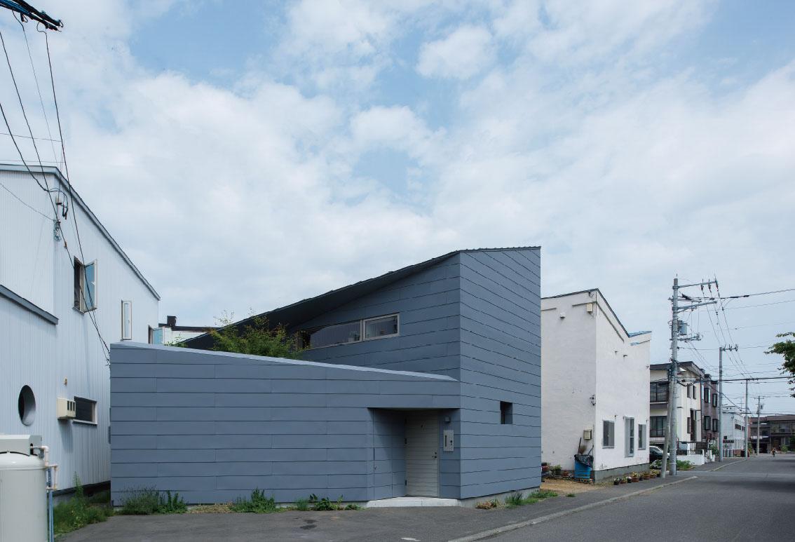 マットグレーのガルバリウム鋼板の外観が印象的なNさん宅。約40坪の敷地をいっぱいに使っている