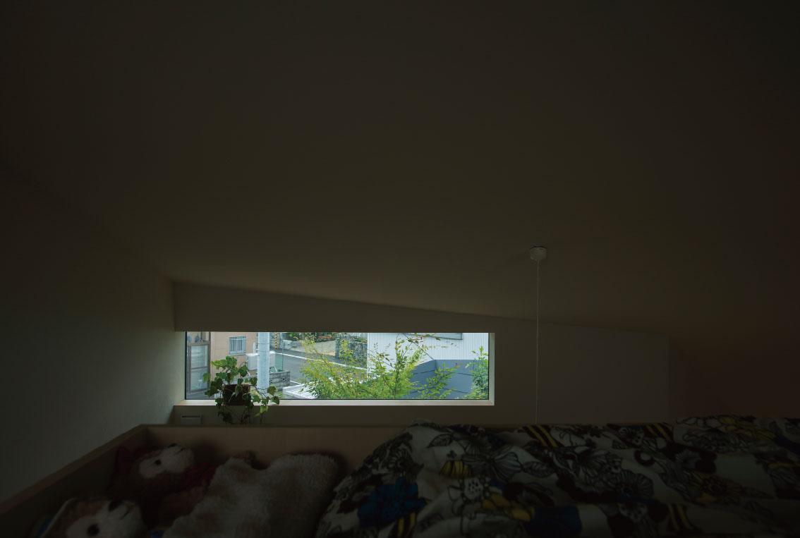 子どものベッドからも、ちょうど伸びてきた庭の木々の緑が望める