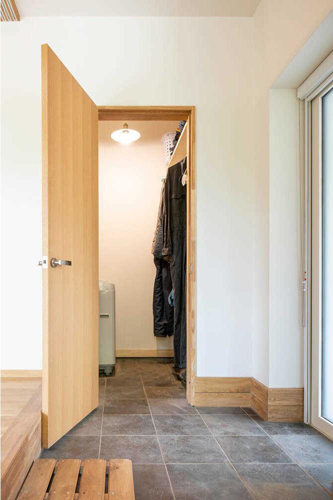 シューズクロークの出入り口に片開きドア