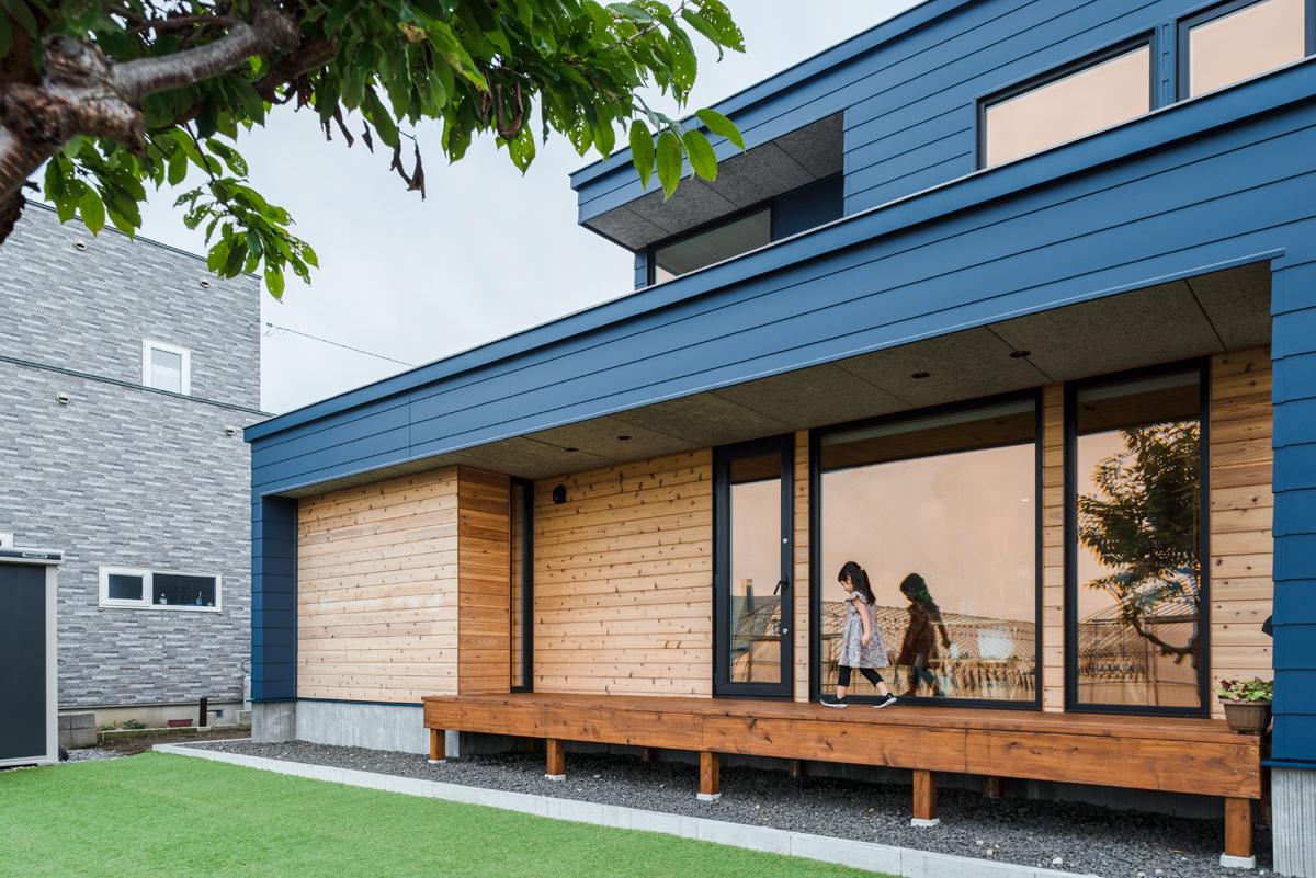 庭に面する窓を大きく採り、室内と庭を結ぶ縁側は多目的に利用できるよう、ゆったりと仕上げた
