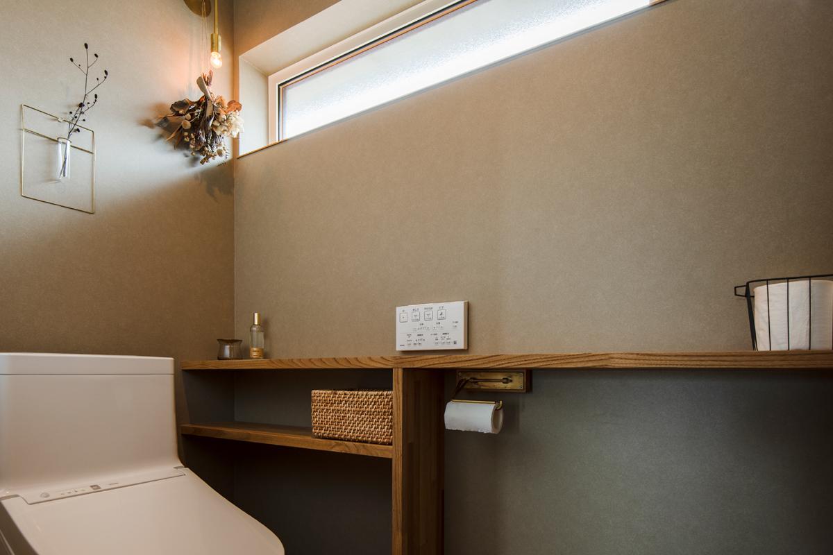 壁紙や造作棚、照明など細部まで美しく仕上げたトイレ