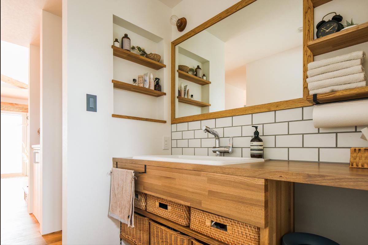 帰宅後すぐに手が洗えるよう玄関に隣接して設けた洗面台も造作仕様