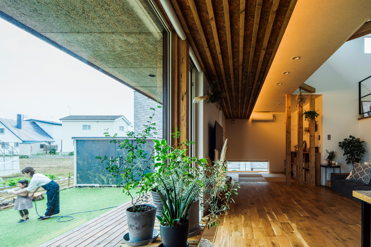 庭とLDKが大きな窓でつながる1階。暖かな時期には、窓越しに見える緑の空間も家族のくつろぎの場になる