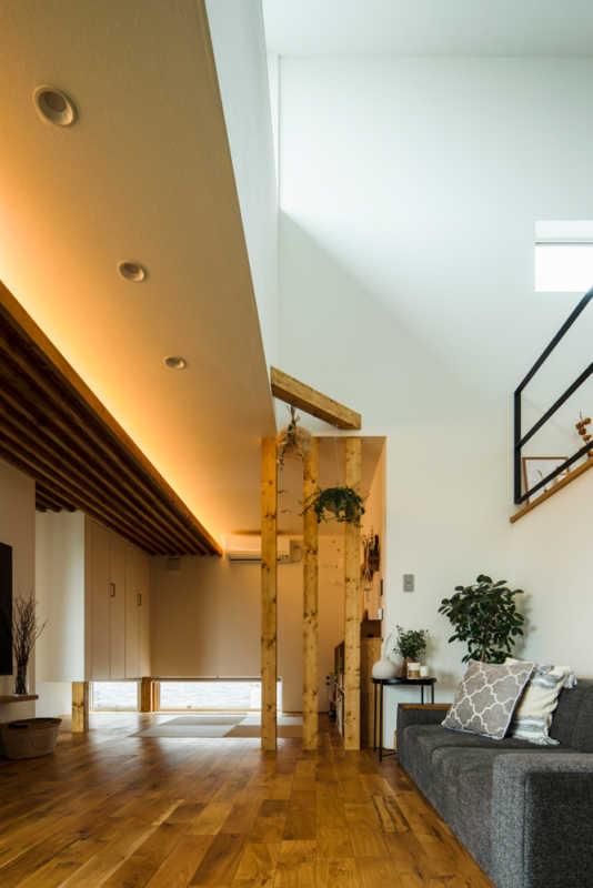 竿縁天井とハイサイドライトを設けた吹き抜けのコントラストが、リビングに彫りの深い表情を与えている