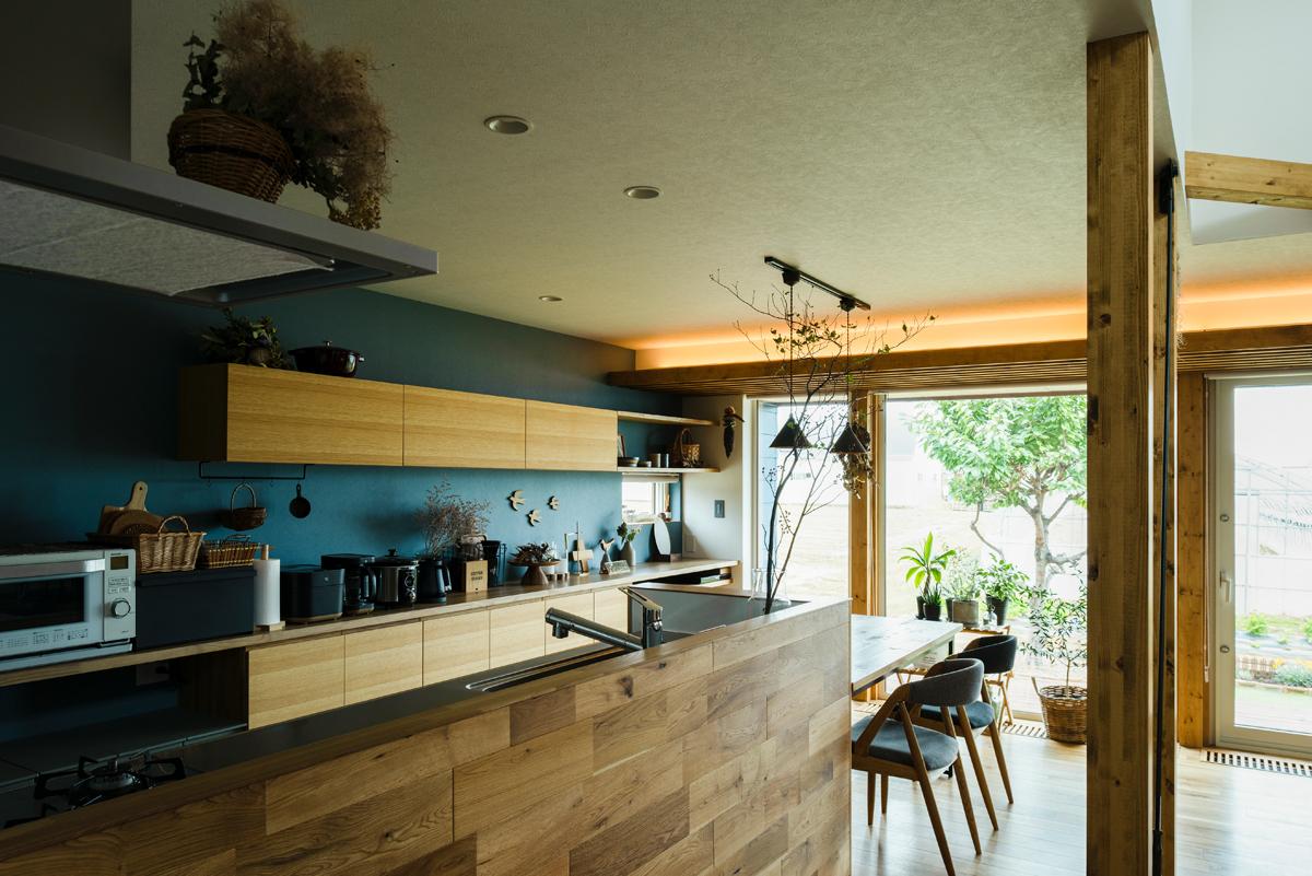 対面キッチンの腰壁は、床と同じナラ無垢材で仕上げられている。こうした細かな仕上げが、統一感のある空間を生み出している