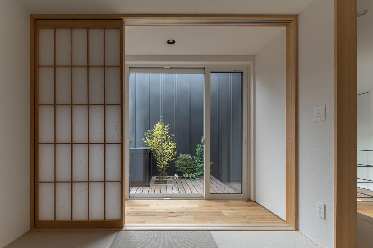 和室の障子を開けると、そこには広い縁側と中庭が広がる