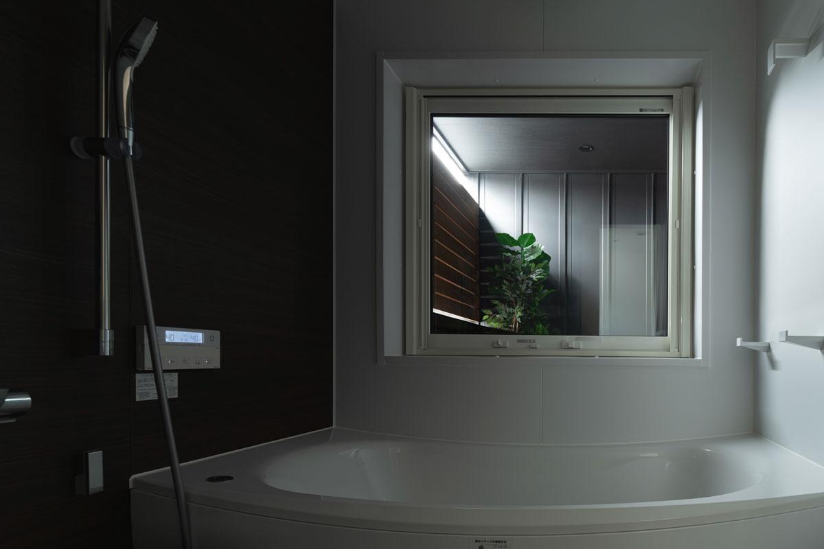 大きな窓越しの坪庭を眺めながらゆっくりと入浴が楽しめる