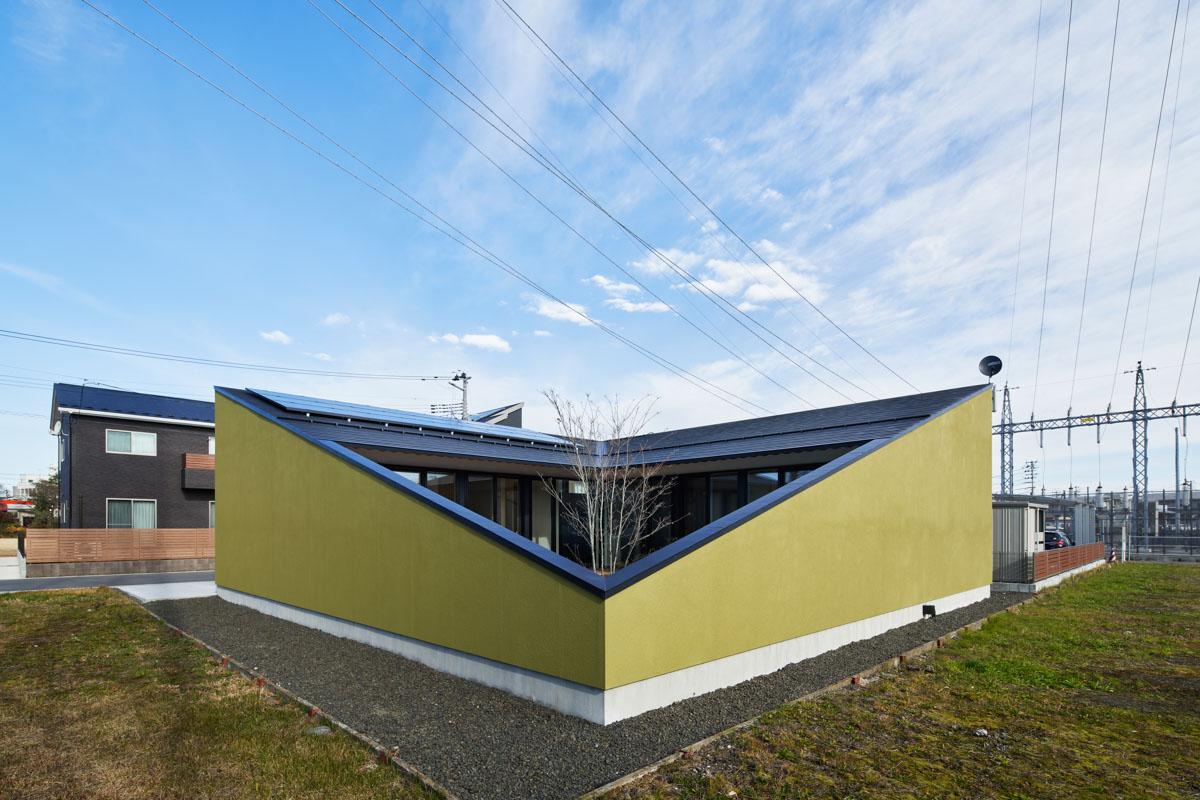 外壁をそのまま延ばしたような塀で中庭を囲う設計が住まいに安心感を与える