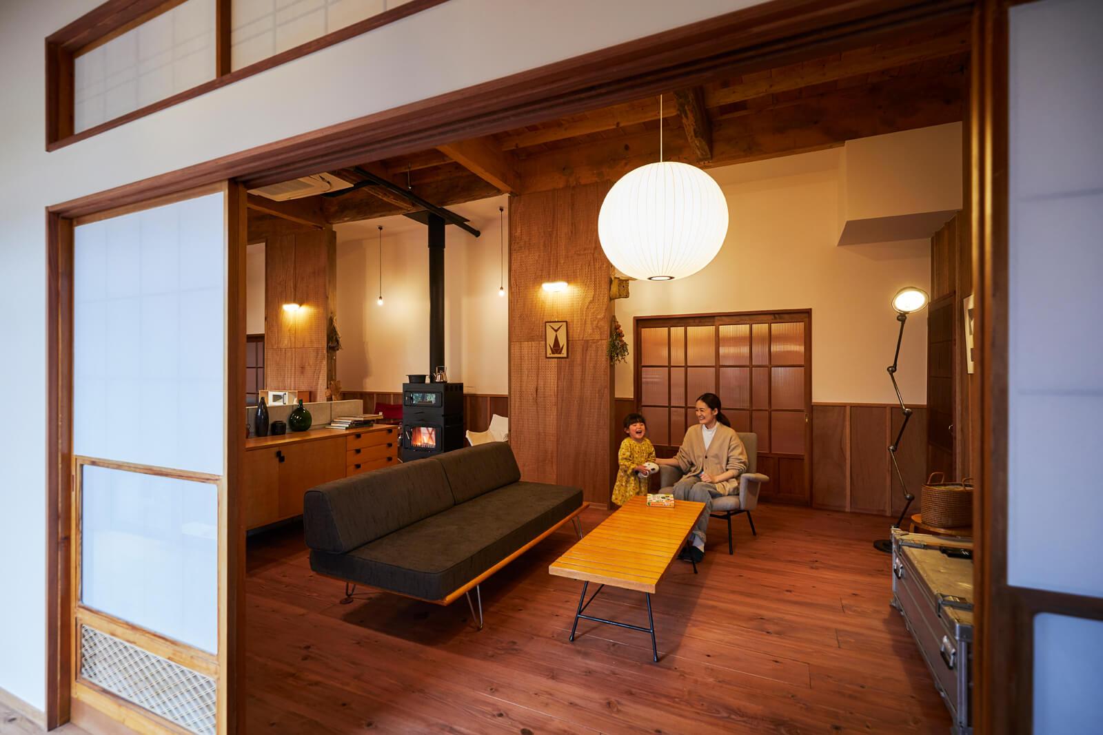 LDK内をできるだけ均一な温度に保つという暖房面と、この家の象徴という意匠面から、空間の中央に薪ストーブを置いた