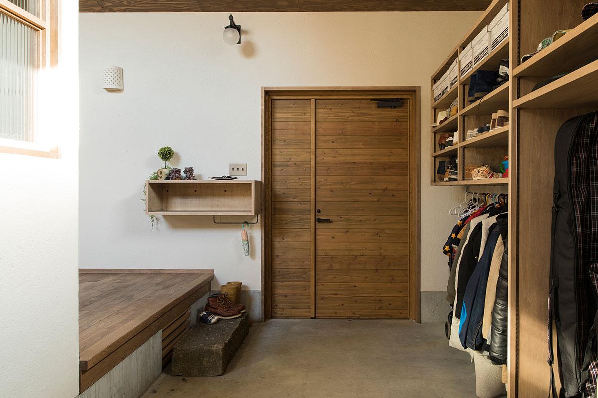 土間でバイクのメンテナンスができるよう、玄関に親子ドアを採用した住宅の例