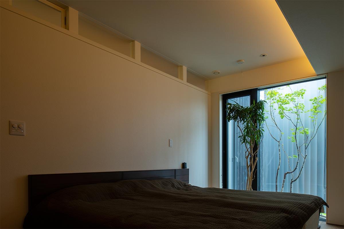 寝室に大きな窓を設けた例。窓の外のわずかなスペースを利用した植栽が、空間の質を高める