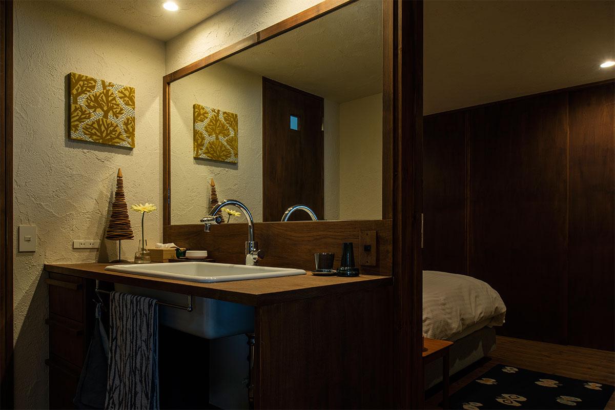 寝室のすぐ隣にトイレと洗面を配した例。この距離感は理想的