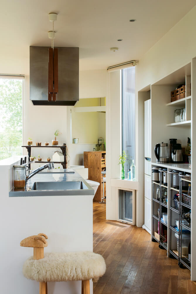 シンプルな家事動線が魅力のキッチン。「全てに手が届くこの距離も、とても快適です」と奥さん