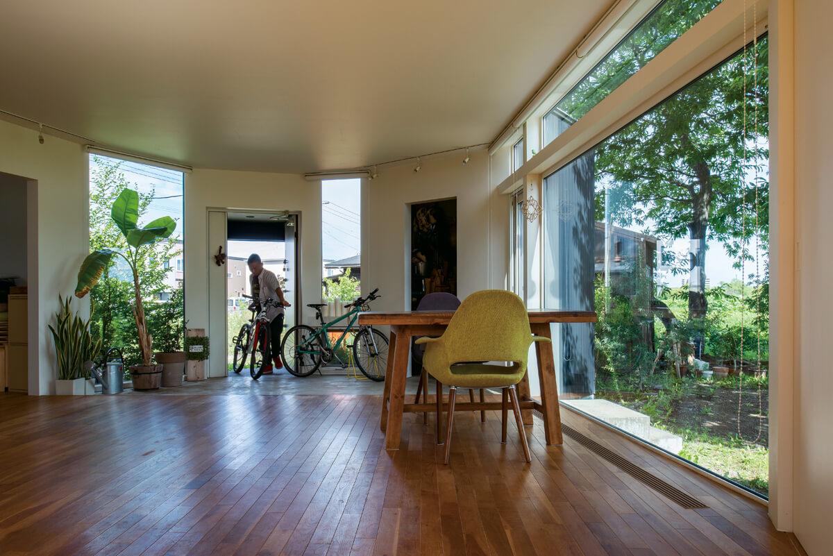 共通の趣味でもある自転車が置かれた土間とリビングのつながりが、より広々とした開放的な空間を演出